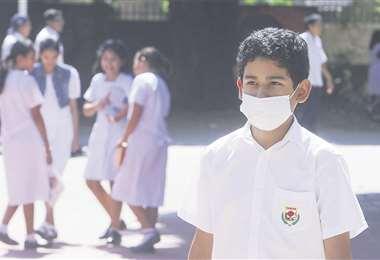 Un estudiante del Centro Educativo Caritas llegó ayer con barbijo en el afán de evitar el contagio de virus. Foto: JORGE IBÁÑEZ