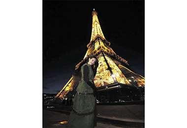 De paseo. La bella reina en París