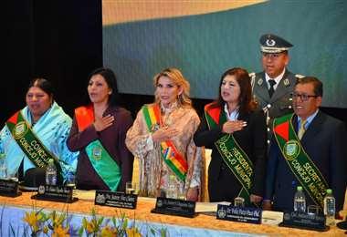 La jefa de Estado junto a a autoridades de El Alto I Foto: APG Noticias.
