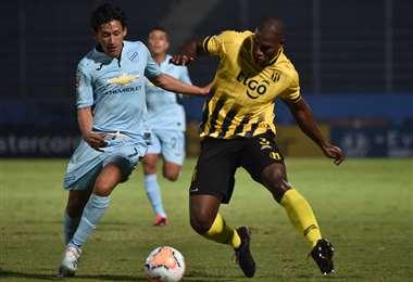 Ábrego disputa el balón ante un rival. Bolívar no pudo ante Guaraní en Paraguay. Foto: AFP