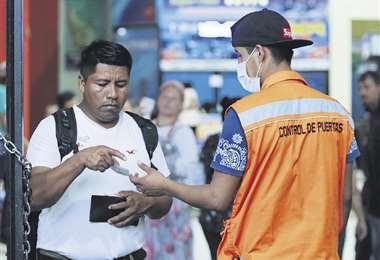 El control en la terminal Bimodal continua para detectar viajeros con síntomas sospechosos. Fotos: Hernán Virgo / Jorge Gutiérrez