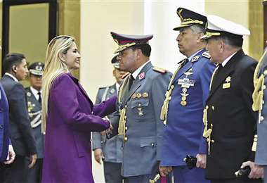 La presidenta Áñez saluda al nuevo comandante en el acto desarrollado en el hall de Palacio Quemado. Fue un retoque menor al Alto Mando. Foto: APG NOTICIAS