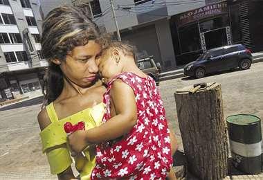 Yaimar Gamez quedó sola con su hija pero ha recibido el cariño y la solidaridad de los cruceños . Foto: Fuad Landívar