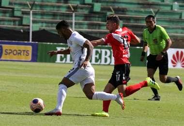 Juan Rivero, de Real disputa el balón con Paolo Jiménez, de Nacional en el Tahuichi. Foto. Fuad Landívar