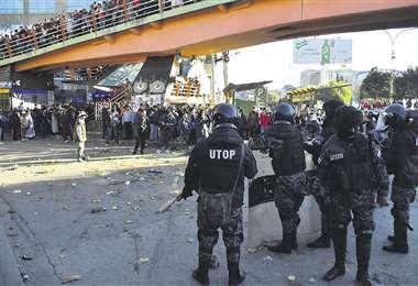 De acuerdo a los últimos datos, incluso el palco de autoridades para el desfile de hoy, fue destruido. Foto: APG NOTICIAS