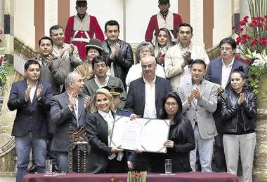 En noviembre de 2019, Jeanine Áñez promulgó la convocatoria a elecciones, consensuada con el MAS. Posa con la titular del Senado, Eva Copa. Foto: APG Noticias