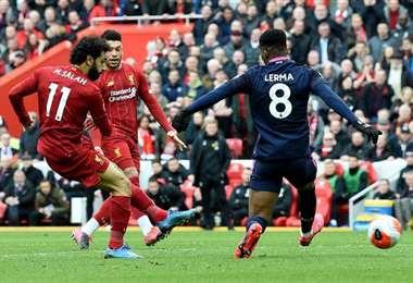 Salah define ante la marca de un rival. El atacante egipcio aportó con un gol en el triunfo de su equipo este sábado. Foto: Internet