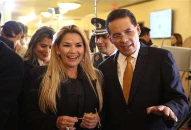 La presidenta Jeanine Áñez junto a Gonzalo Rivera cuando se presentó la nueva imagen de Bolivia TV en diciembre de 2019