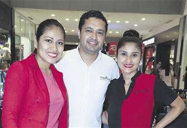 Paulo Colón con Maritza Solano y Raquel Estrada, de Revlon