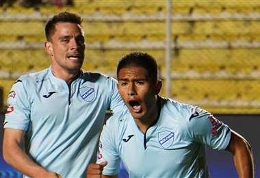 Leonardo Vaca y Erwin Saavedra, de Bolívar, esperan marcar ante Tigre, de Argentina. Foto. Archivo