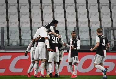 Jugadores de Juventus celebran con estadio vacío después de marcar al Inter en el clásico italiano disputado este domingo. La 'Juve' venció por 2-0. Foto. AFP