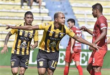 Celebra Jair Reinoso uno de los goles que este domingo marcó ante Guabirá. El colombiano hizo cuatro para el Tigre. Foto: APG