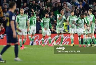 El festejo del Betis,que ayer superó en casa a Real Madrid, ahora segundo en la tabla del torneo español. Foto: AFP
