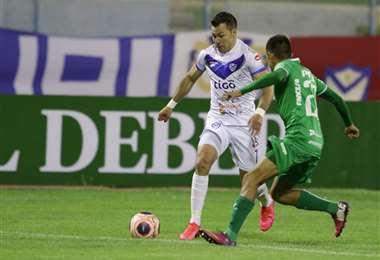 Rodrigo Vargas enfrenta a Samuel Pozo. El atacante de San José hizo este domingo dos de los cuatro goles a Oriente Petrolero. Foto: APG