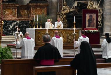 El papa Francisco es asistido por el maestro de las ceremonias litúrgicas pontificias, el sacerdote italiano Guido Marini (dcha.) en la misa celebrada en la basílica de San Pedro en el Vaticano. Foto. AFP