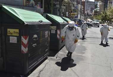 La desinfección en la urbe paceña I Foto: APG Noticias.