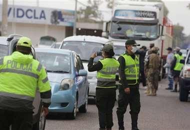 Control policial en la vía a La Guardia (Foto: Fuad Landívar)