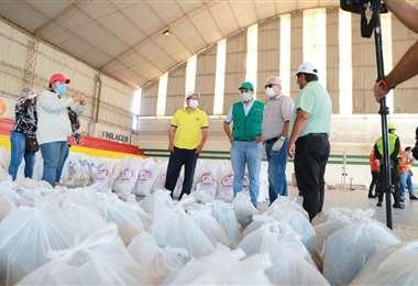 El gobernador Rubén Costas entregó alimentos a Montero. Foto: Gobernación