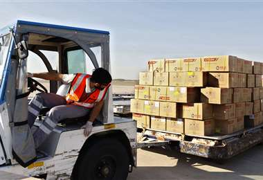 Un trabajador descarga suministros médicos contra el coronavirus llegados desde China. Foto AFP