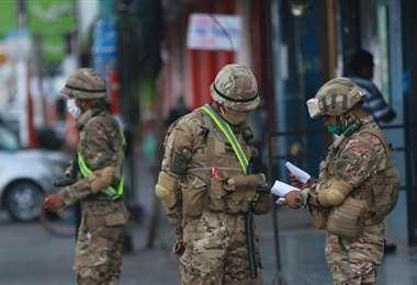Los soldados y marineros ayudan en el control del cumplimiento de la cuarentena en el país. Foto: Jorge Uechi