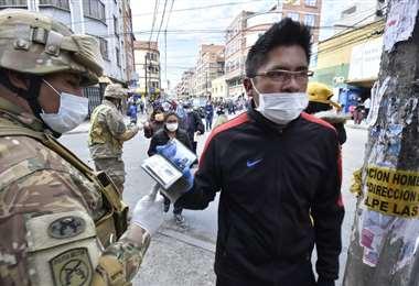 Los soldados y marineros ayudan en el control de cumplimiento de la cuarentena. Foto: APG