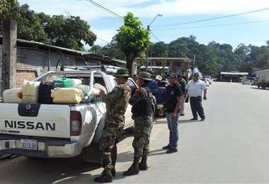 Los uniformados trasladaron los motorizados y a los detenidos hasta el cuartel de Umopar. Foto: Periódico Bolivia