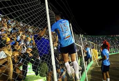 Jugadores e hinchas, una relación permanente en el fútbol como ocurre en este caso en Blooming. Foto: El Deber