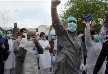 Médicos de Pakistán están en huelga de hambre por falta de protección frente a coronavirus
