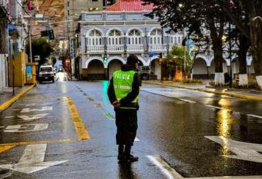 Un policía cumple su servicio de resguardar las calles de la ciudad de Oruro, durante la cuarentena. Fotos: Emilio Huáscar Castillo