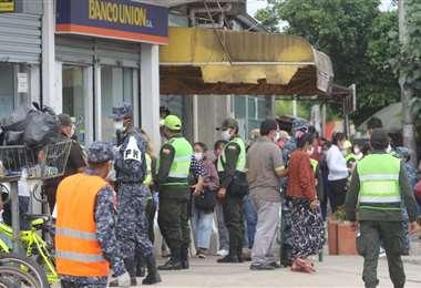 Las autoridades piden evitar aglomeraciones, hay un plazo de hasta 90 días para cobrar los bonos. Foto referencial: Ricardo Montero