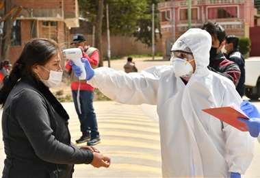 Imagen tomada en la ciudad de Oruro, control de coronavirus a una persona | Foto: EL DEBER