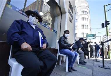 Largas filas en puertas de entidades financieras I Foto: APG Noticias.