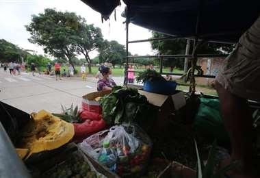 Lo vendedores salen en sus motorizados a ofrecer los productos en los barrios. Foto: Jorge Ibáñez