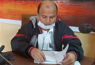 El director interino del hospital César Banzer, Jarlan Zeballos, emitió un informe. Foto y texto: Jorge Huanca Dorado