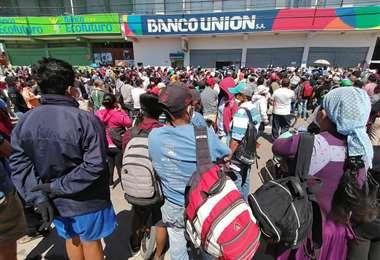 En la Villa Primero de Mayo la gente llegó en masa a cobrar el beneficio/FOTO: Hernán Virgo