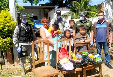 Momento de la entrega de artículos de la canasta familiar a una familia del Plan Tres Mil. Foto. Guider Arancibia