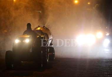 La Gobernación y la Alcaldía empezaron a fumigar en la ciudad de Santa Cruz. Foto Jorge Ibáñez