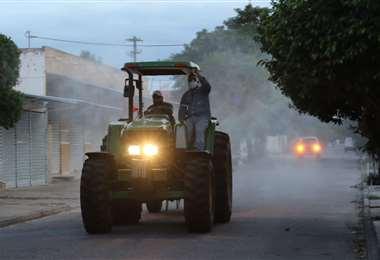 Una brigada del municipio cruceño trabaja entre el tercer y cuarto anillo de la doble vía a La Guardia. Foto: Jorge Gutiérrez