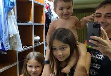 Chavo Salvatierra disfruta con sus tres hijas en casa. Foto: Chavo Salvatierra