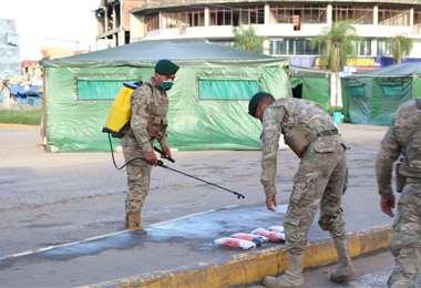 El Ejército apoya en las tareas de desinfección Foto: Juan Carlos Fernández