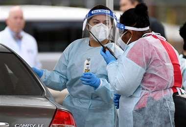 Dos enfermeras toman pruebas en Las Vegas. Foto AFP
