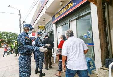 En el Banco Unión ubica en la zona del tercer anillo y avenida Santos Dumont, las fuerzas de seguridad realizaron las labores mencionadas. Fotos: Jorge Uechi