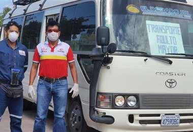 Fabricio Fuentes (de rojo) junto al microbus que puso a disposición de las personas de la tercera edad: Foto: Fabricio Fuentes