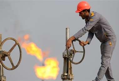 Un trabajador de una refinería iraquí. Foto AFP