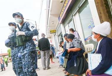 Para dar seguridad y evitar aglomeraciones, militares se desplegaron hasta los bancos durante la jornada de hoy. Foto: Jorge Uechi