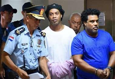 Ronaldinho (c.) y su hermano Roberto (dcha.) cuando fueron detenidos. Foto: Internet