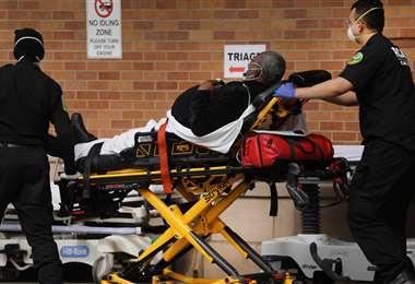 Un afroamericano llevado en camilla a un hospital de Nueva York. Foto AFP