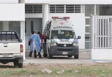 El traslado de pacientes al hospital de referencia en la capital cruceña. Foto: Fuad Landívar