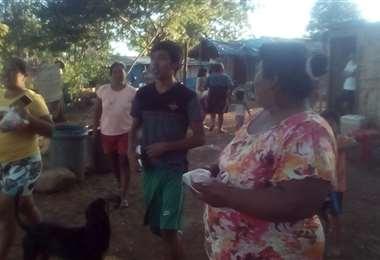 Entrega de alimentos en Quijarro (foto: Lorenzo Yopiez)