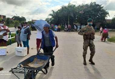 La gente tendrá hasta hoy, a las 13:00, para el abastecimiento de alimentos Foto: Juan Carlos Fernández